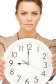 Relógio grande de exploração de mulher — Fotografia Stock