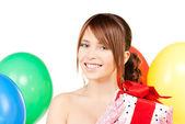 Partij meisje met ballonnen en doos van de gift — Stockfoto