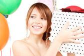 Rapariga de festas com balões e caixa de presente — Foto Stock