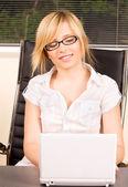 Office meisje met laptopcomputer — Stockfoto