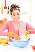 Housewife washing dish — Stock Photo