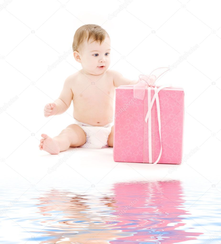 Picture of baby boy in diaper with big gift box — Stock Photo #5517300