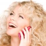 mujer feliz con teléfono rosa — Foto de Stock
