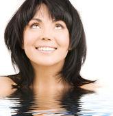Mulher feliz olhando na água — Fotografia Stock