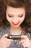 šťastné dospívající dívka s digitálním fotoaparátem — Stock fotografie