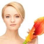 bella mujer con flor de lirio — Foto de Stock   #5538170
