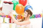 党女の子風船とギフト ボックス — ストック写真