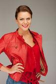 Mooie vrouw in rood lederen jas — Stockfoto