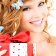 Butterfly girl with gift — Stockfoto