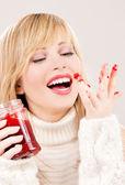 Genç kızla mutlu: ahududu reçeli — Stok fotoğraf