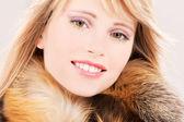Bella ragazza adolescente in pelliccia — Foto Stock