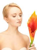 Piękna kobieta z kwiat calla — Zdjęcie stockowe