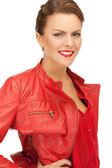 Belle femme en veste de cuir rouge — Photo