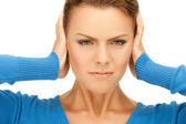 Mujer con las manos sobre las orejaseller kulaklara kadınla — Stok fotoğraf