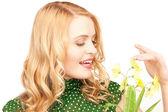 Prachtige huisvrouw met bloem — Stockfoto