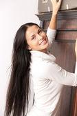 Härlig kvinna med resväska — Stockfoto