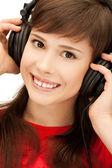 Gelukkig tienermeisje in grote hoofdtelefoon — Stockfoto