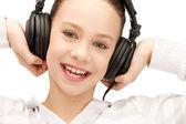 счастливый девочка-подросток в большие наушники — Стоковое фото