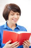 Feliz y sonriente mujer con libro — Foto de Stock