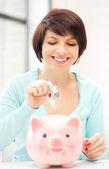 Piękne kobiety z piggy bank i pieniądze — Zdjęcie stockowe