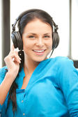 Glad tonårsflicka i stora hörlurar — Stockfoto
