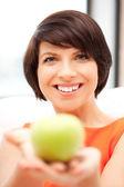 Encantadora ama de casa con manzana verde — Foto de Stock