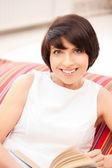 šťastný a usmívající se žena s knihou — Stock fotografie