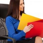 klasörlerle sandalyede oturan genç iş kadını — Stok fotoğraf #6224979