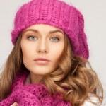 vacker kvinna i vinter mössa — Stockfoto
