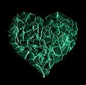 Vidrio verde roto corazón aislado sobre fondo negro — Foto de Stock