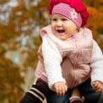 Смех девушка в руках матери — Стоковое фото