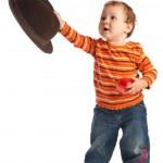 ребенка, давая шляпу, изолированные — Стоковое фото