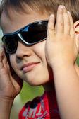 Porträtt av en pojke i solglasögon — Stockfoto