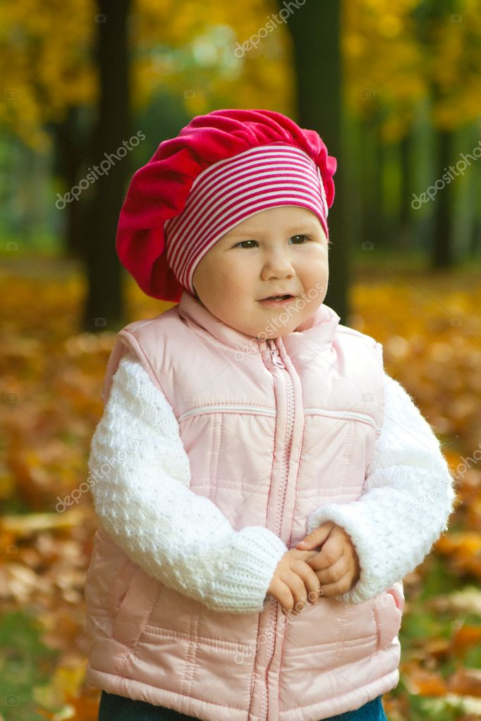 Thoughtful toddler in the autumnal city park — Stock Photo #5759101