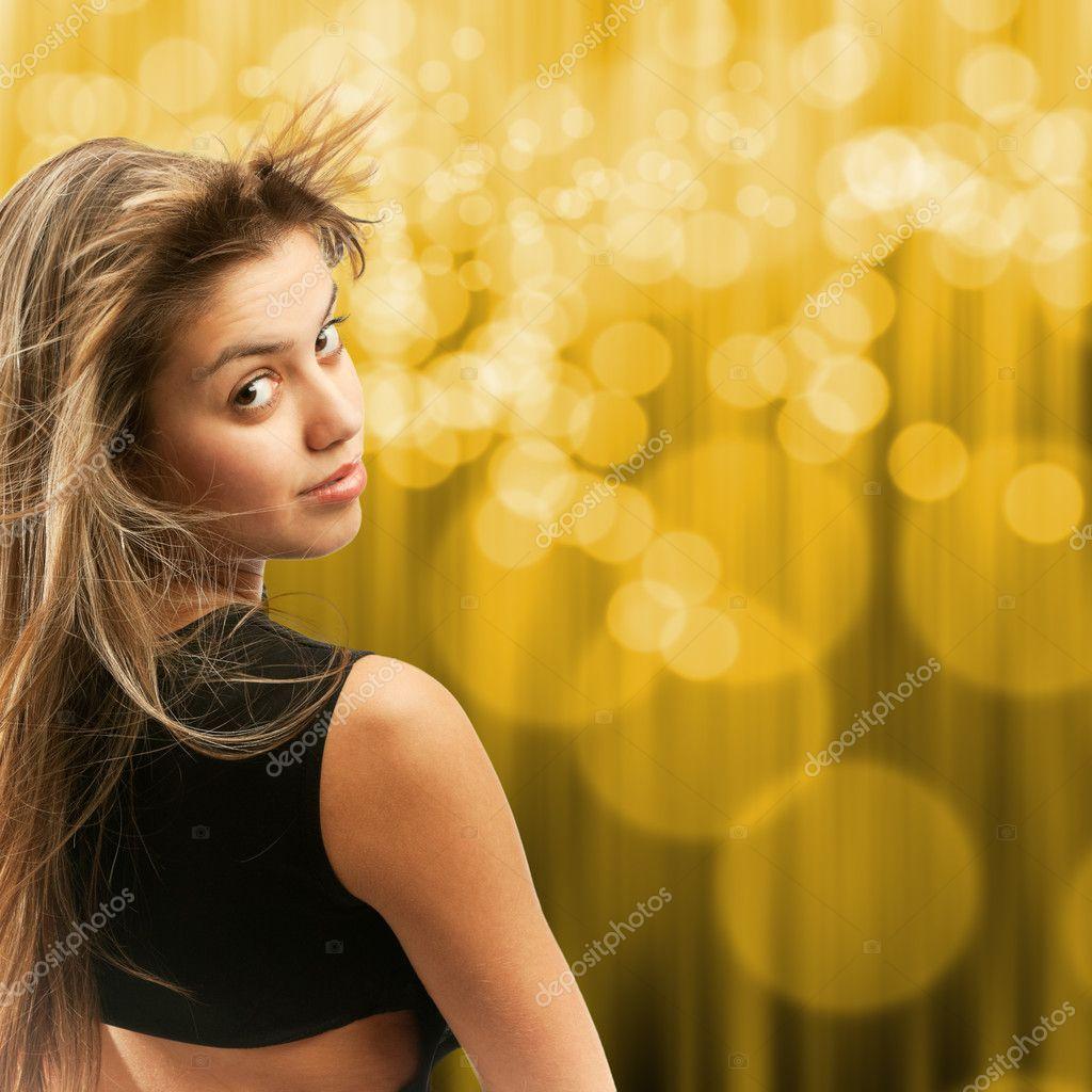 Девушка поворачивается фото