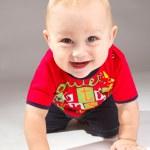 Toddler crawls — Stock Photo
