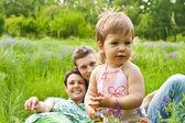 Gelukkig kind met ouders — Stockfoto
