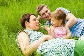 Семья в траве — Стоковое фото