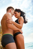 Couple hugging on the beach — Stock Photo