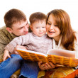 Parents reading to their kid — Stock Photo