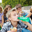 Teens eating sandwiches — Stock Photo