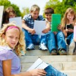 Teenagers reading — Stockfoto