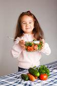 Niña preescolar con alimentos saludables — Foto de Stock