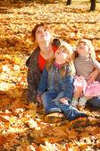母亲和女儿在秋天的树叶 — 图库照片