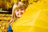 隠れている幼児の女の子 — ストック写真