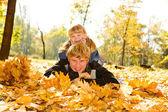 Tata i córka na jesienne liście — Zdjęcie stockowe