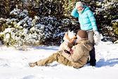 雪の中で家族 — ストック写真