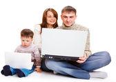 Los padres y el niño con los ordenadores portátiles — Foto de Stock