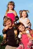 Parents et enfants en patins à roulettes — Photo
