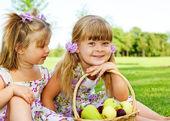 Bambini nel giardino — Foto Stock